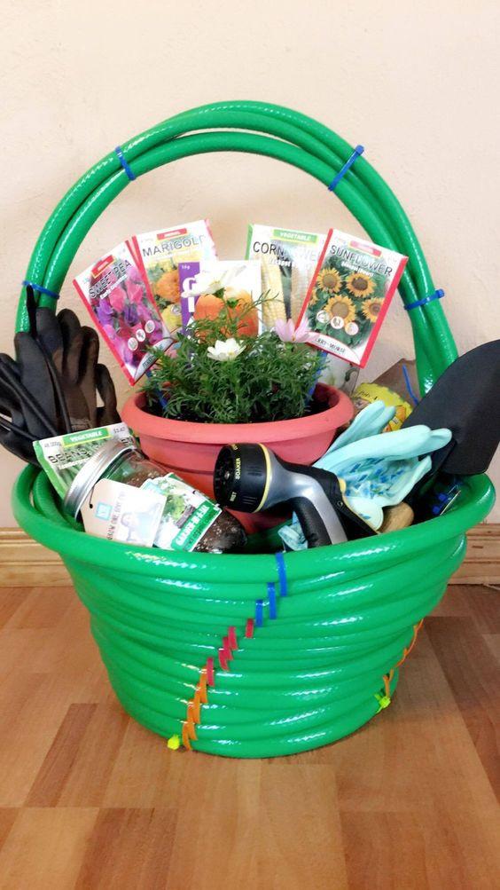 Outdoor Gift Basket Ideas  25 DIY Christmas Gift Basket Ideas 2017