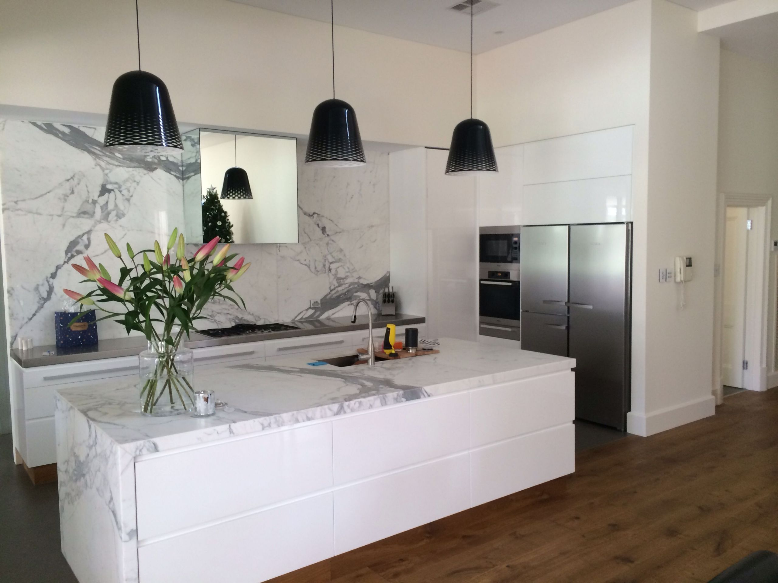 White Marble Top Kitchen Island  White gloss 2 PAC kitchen with marble island and